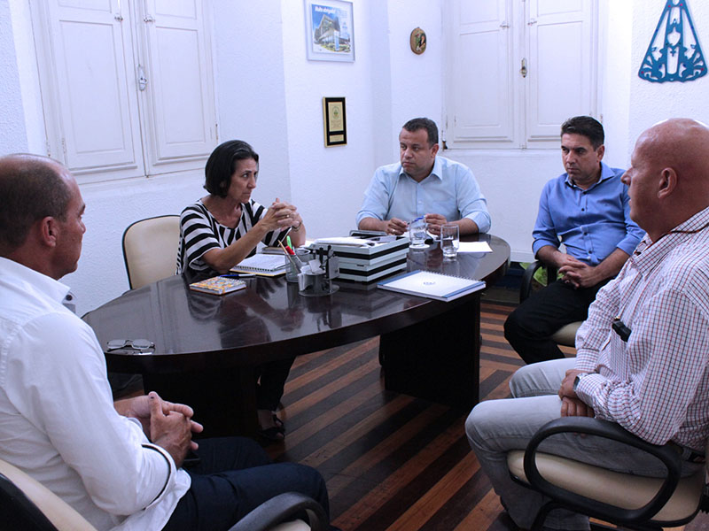 Prefeita se re�ne com representante do Dnit